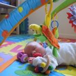 Sovende midt i legetøjet