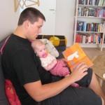Far læser mummitrold bog for My